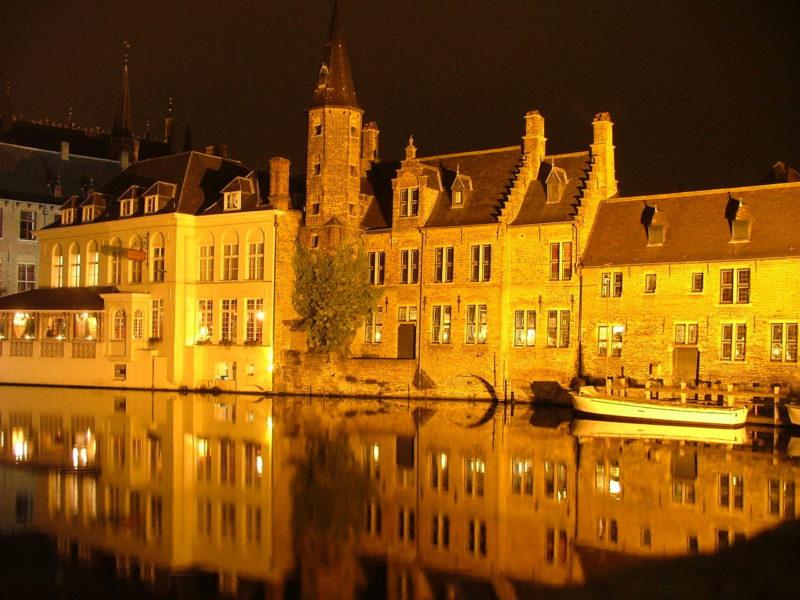 Canali di Bruges di notte