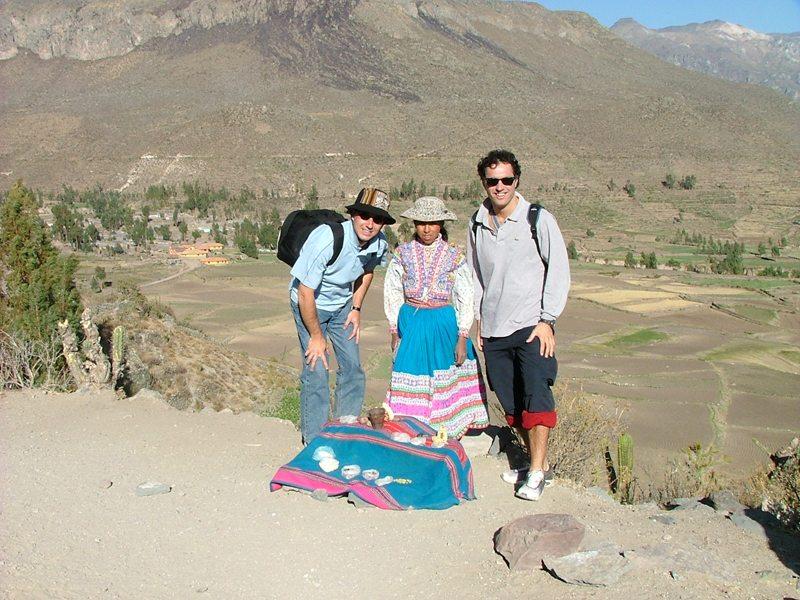 Fabio e Paolo acquistano prodotti tipici andini da una campesina
