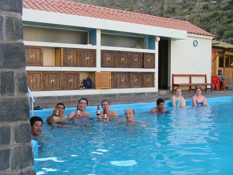 Piscina delle acque termali di Chivay in Perù