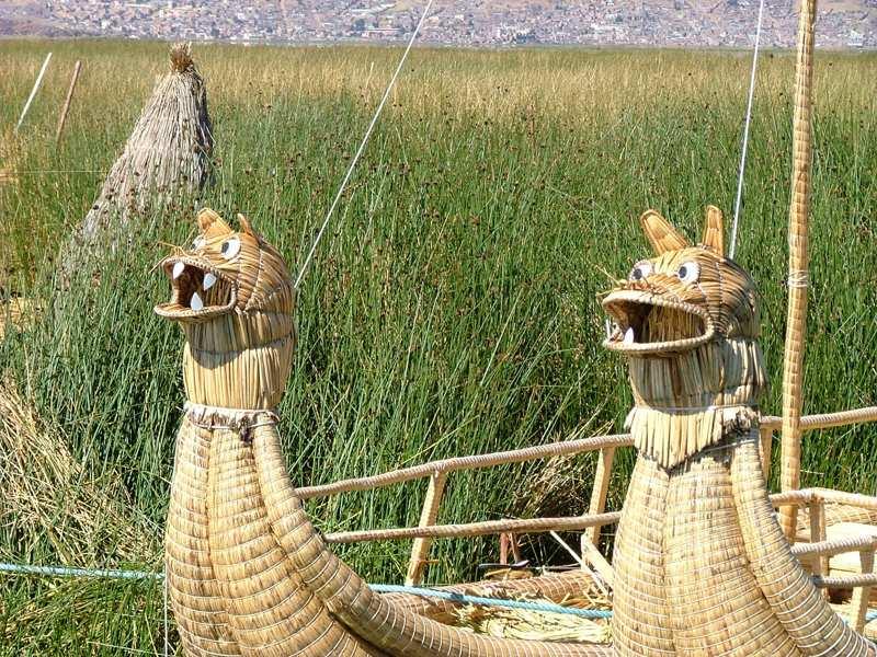 Imbarcazione in canne totora tipica degli Uros, Lago Titicaca, Peru